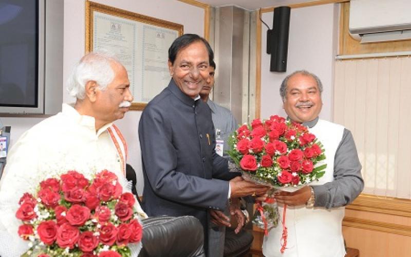 Shri Tomar welcoming Chief Minister of Telangana Shri KC Rao and Union Labour & Employment Minister Shri Bandaru Dattatreya