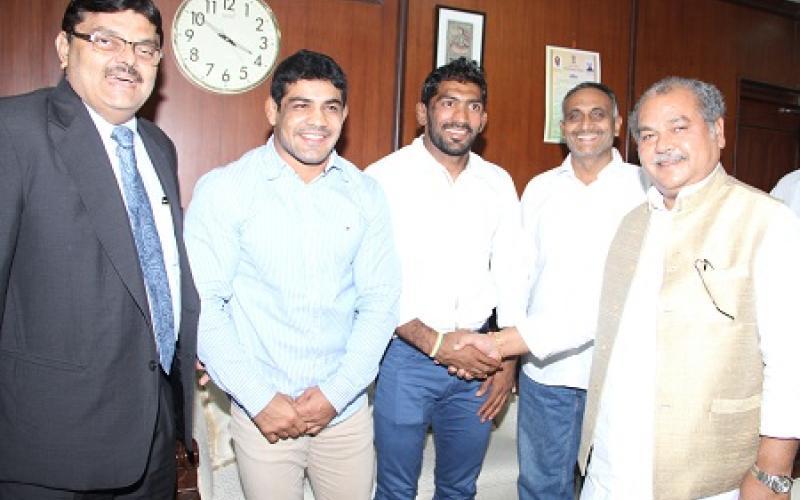 Shri Tomar greeting wrestlers of Olympic fame, Shri Sushil Kumar and Shri Yogeshwar Dutt, along with Chairman SAIL Shri CS Verma